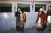 Тибетцы, обходящие ступу